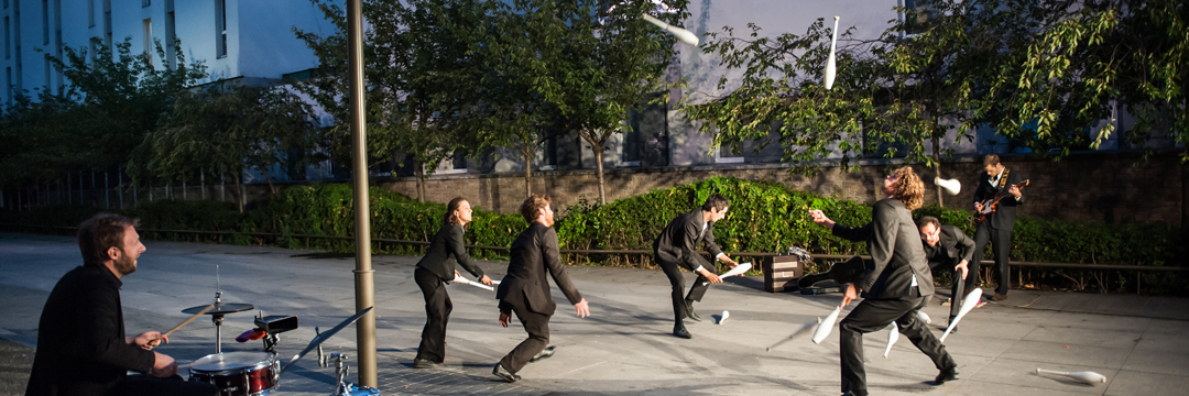Monument, les labos - Collectif Protocole. Poétique de la ville revisitée à coup de massues par six jongleurs, un musicien et des Courneuviens complices.